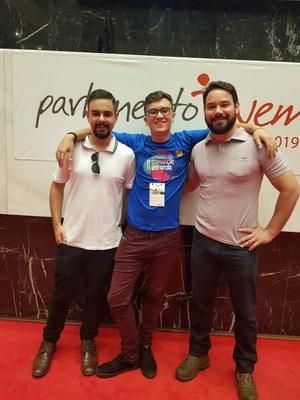 Coordenadores do PJ em Andradas, João Carlos de Souza e Enrico Delavia, e o aluno Vinycius durante encerramento das ativi.jpeg